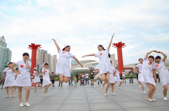 沈阳网友拍的一段视频《美女护士大跳广场舞