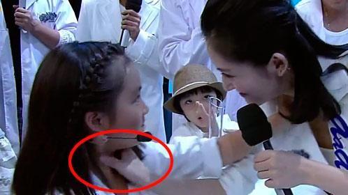 谢娜当众掐黄磊女儿脖子引广大网友热议(图)