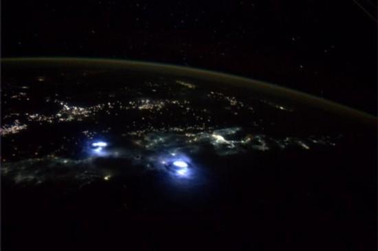 宇航员从太空拍摄地球雷暴:闪电接连出现(图)