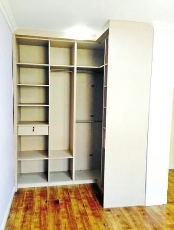 定制的拐角整体衣柜,解决了卧室收纳的难题