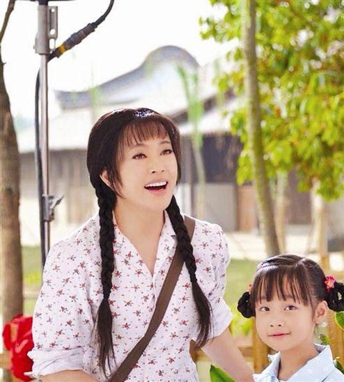 刘晓庆再演少女 梳麻花辫斜挎背包(图)--人民网福建图片