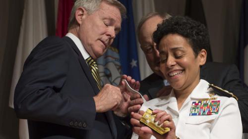 美国海军任命238年来首位女性四星上将(图)