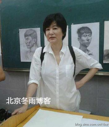 林青霞海南一中学做演讲秀书法 气质文雅