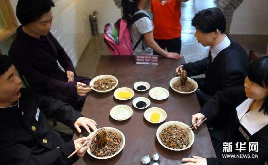 6月28日,在韩国仁川,游客在炸酱面博物馆第三展厅参观。