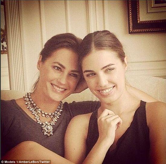 49岁超模母亲容颜不老与24岁女儿形似姐妹(图)