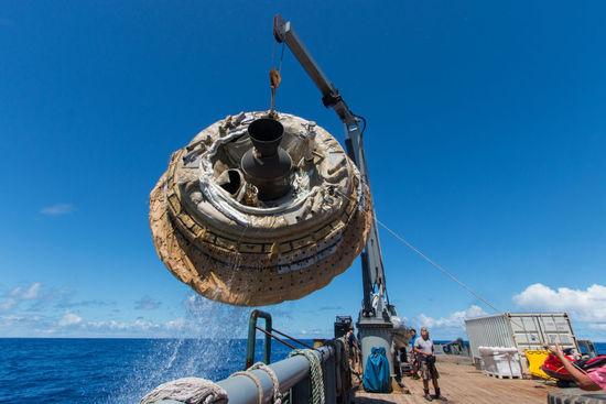 """这个飞行器的名字叫做""""低密度超音速制动器""""(LDSD),美国宇航局用氦气球将它送上了12万英尺的高空之中。"""