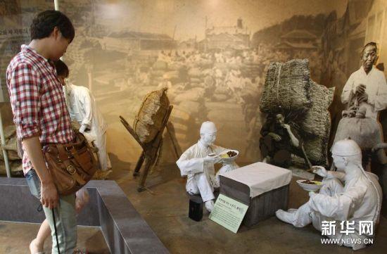 """6月28日,在韩国仁川,炸酱面博物馆内展现在仁川港工作的中国工人用""""山东式""""炸酱面解决一顿饭的情景。"""
