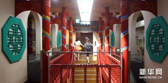 6月28日,在韩国仁川,游客在炸酱面博物馆内参观。