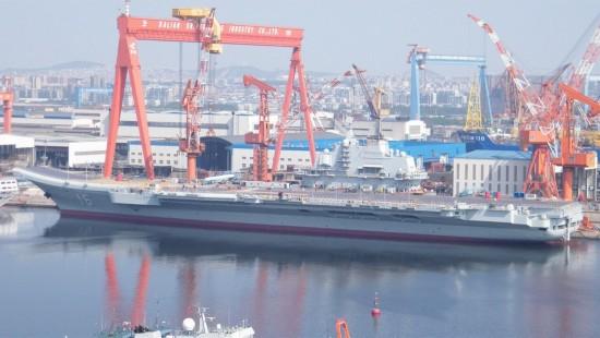 图:中国航母辽宁舰刷漆后出坞下水崭亮如新
