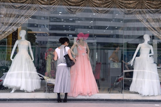 女人 生活/逛街的时候经过一家婚纱店,曼音被一套漂亮的婚纱所吸引,她说...