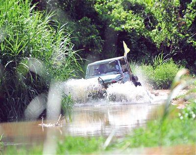 三亚凤凰镇:赛车在热带雨林中驰骋