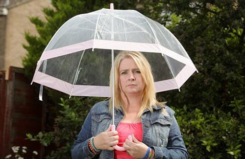 女子患罕见水过敏症不敢流泪流汗喝白水(图)