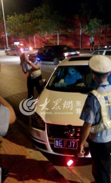 日肥逼流水视频_男子拒绝接受酒驾检查 东营交警砸玻璃逼其下车