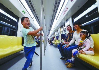 南京十号线开通首个双休日 市民乘地铁跨江游