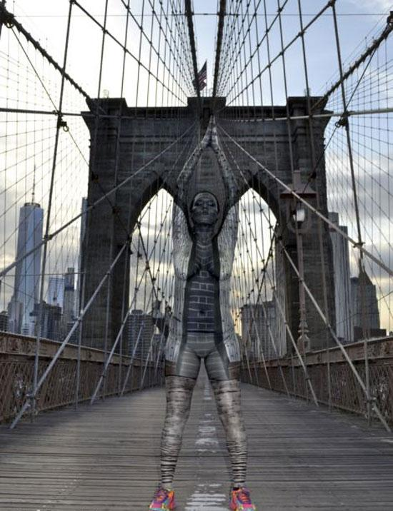 纽约艺术家在地标建筑前展示隐身人体艺术(高