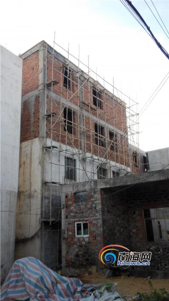 海口村民投诉有人住小楼吃低保 村干部回应