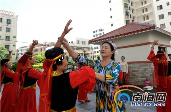 维吾尔族退休女干部海南教跳舞 展新疆魅力