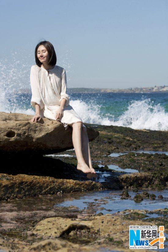 袁泉海边写真明媚露笑 白衣素雅裸妆更显清丽