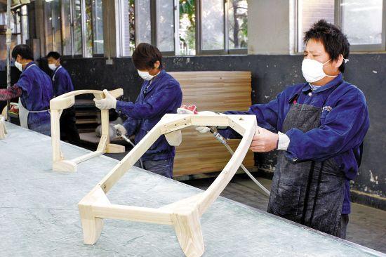 东莞家具制造人力工序将逐步被机器替代.(记者 王俊伟摄)