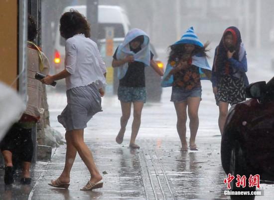 超强台风袭击日本 冲绳地区降暴雨(组图)