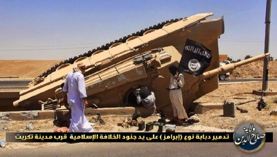 伊拉克政府军又一辆美制M1坦克被炸翻(组图)