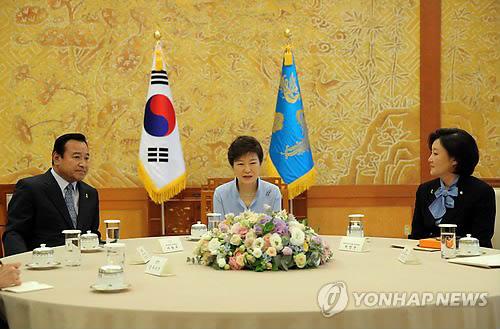 朴槿惠就任总统后首次会见朝野国会代表(图)