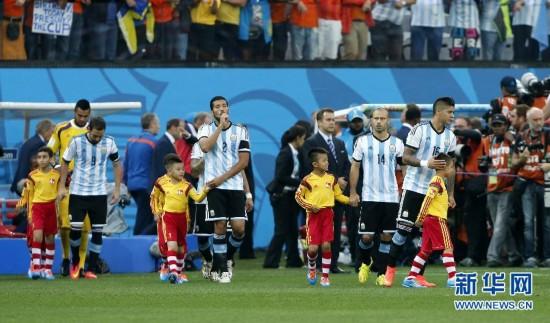 牵手来自中国的球童,本届世界杯共有来自中国的6名球童.当日,图片