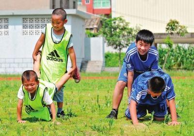 福清:乡村小学的足球梦 没有教练没有训练服