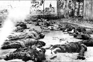 日军轰炸四川省梁山县(今重庆市梁平县)东正街,群众死亡及房屋毁坏现场图片。