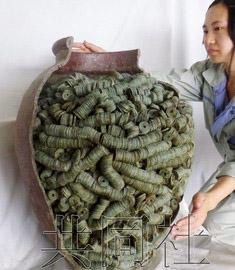 万枚/日本京都市日前出土一只装有4万枚15世纪铜钱的陶罐。(资料...