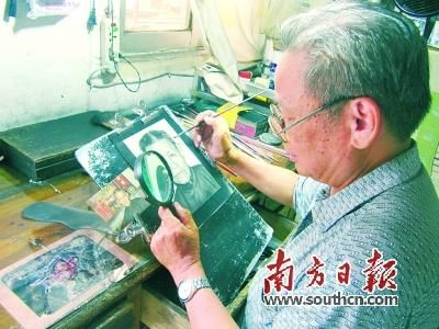 左手放大镜,右手画笔,叶伯在画室细细雕琢他的作品。