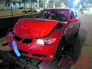 """被制造""""车祸""""的红色小车。"""