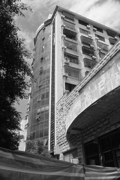 海口飞龙公寓:水泥块飞降 轿车车头被砸裂
