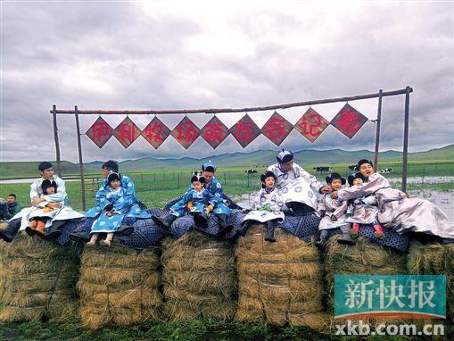 在草垛记者会会场上对六个萌娃的采访。