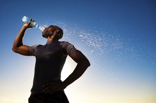 养生警惕:10种喝水方式最不健康