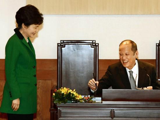 朴槿惠/图为菲律宾总统阿基诺三世在青瓦台来宾登记簿上签名,韩国总统...