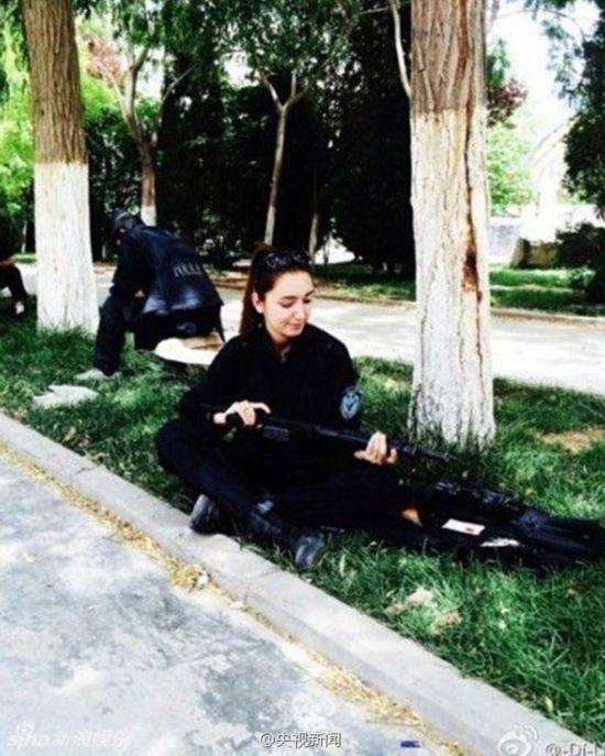 新疆反恐前线美女特警走红 被赞美得冒泡组图