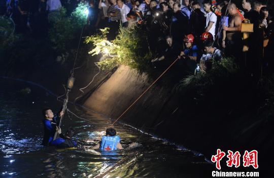 湖南一幼儿园校车翻入水库致11死现场嚎哭不断(图)