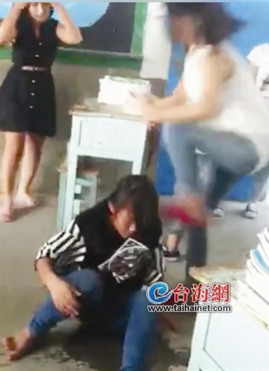 福建5名初中女生暴打同学 众学生起哄无人阻拦