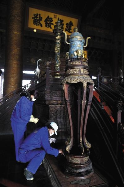 2014年1月6日,故宫博物院工作人员对太和殿进行清洁保养。 新京报资料图记者 浦峰 摄