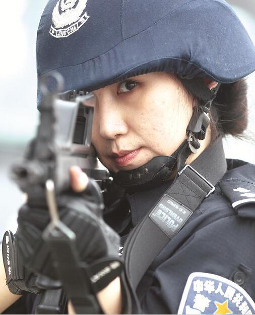武汉美女神枪手:20多斤狙击枪一端几小时