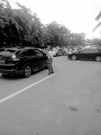 市民举报文明东路板桥路乱象:圈地收停车费