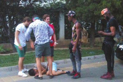 北京6名外籍男子当街肩扛脚踏醉汉拍照(图)