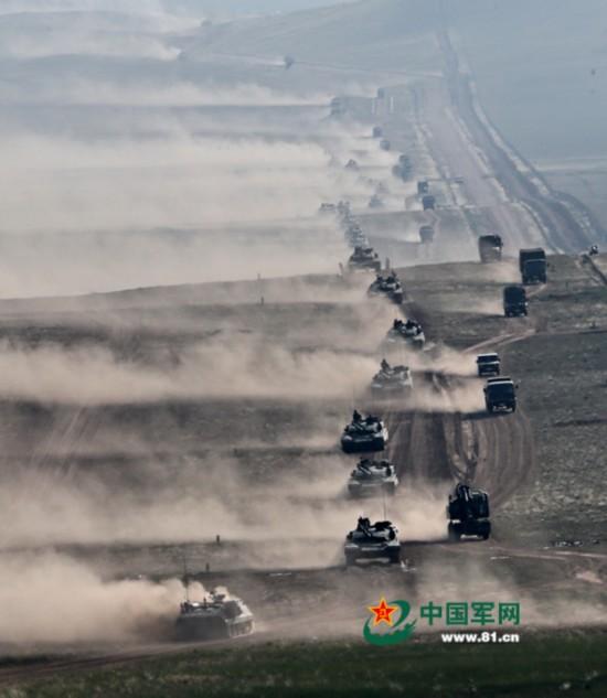组图:解放军演习装甲部队机动场面震撼