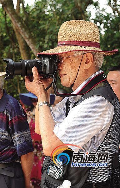"""琼海""""潮""""阿公:70岁学摄影 当上摄影版版主"""