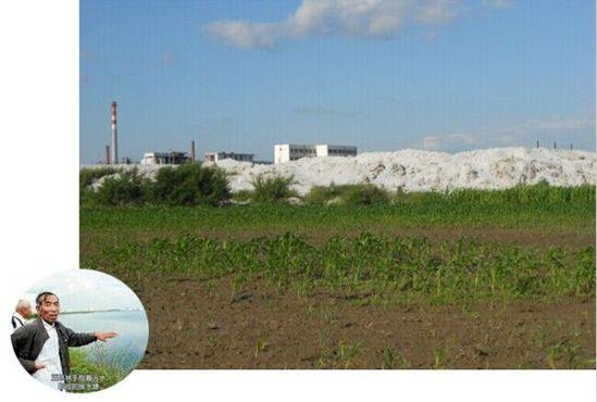昊华化工电石灰渣紧挨着当地的农田
