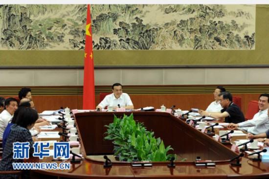 7月14日,中共中央政治局常委、国务院总理李克强在北京主持召开经济形势座谈会,听取部分中央企业、地方国企和民营企业负责人的看法和建议。新华社记者 饶爱民 摄