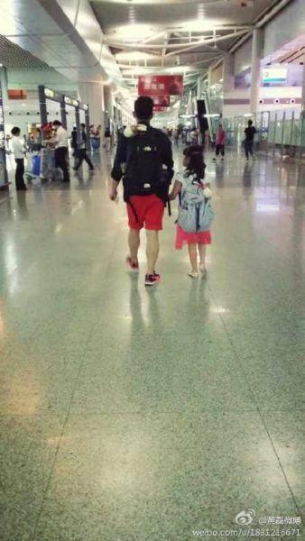 黄磊牵多多现身机场 父女俩背影温馨有爱