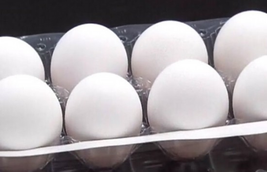 台湾高温热死鸡,蛋价飙升,茶叶蛋真成贵重品。(台媒图)