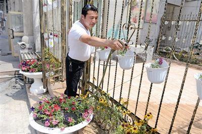 新疆乌鲁木齐市民艾克拜花四万为小区建花园